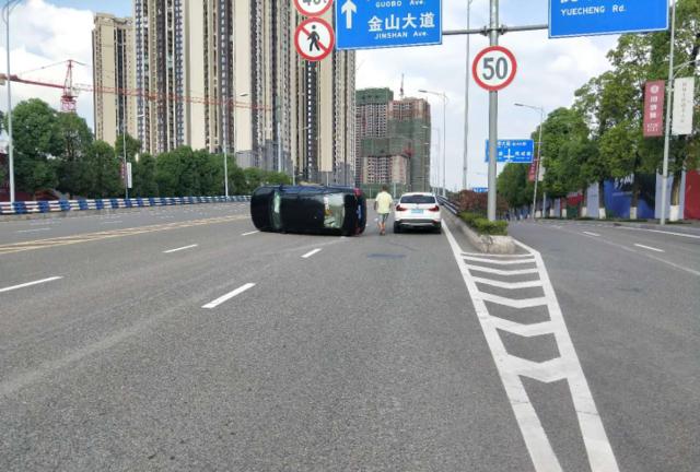 """""""老""""司机一个小动作 把车开翻还差点丢了命"""