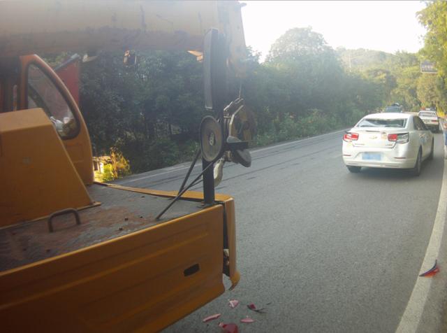 女司机一个急刹车 车屁股被后方吊车的挂钩挂成重伤
