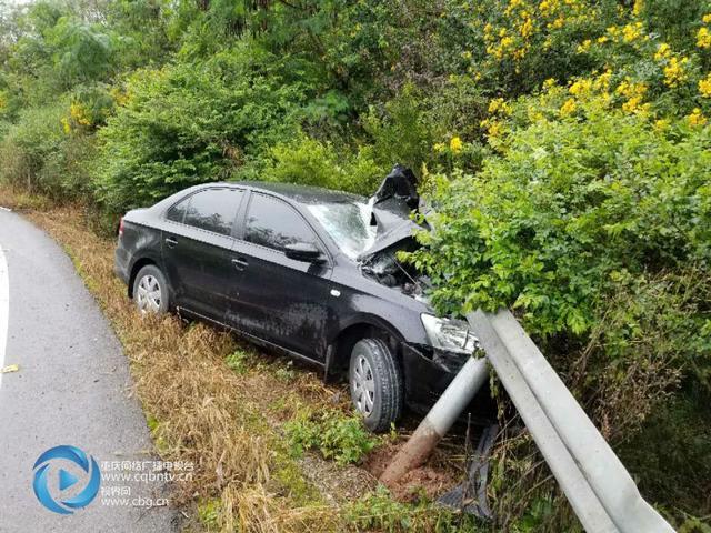 刹不住了!匝道处置不当驾车冲向高速公路护栏