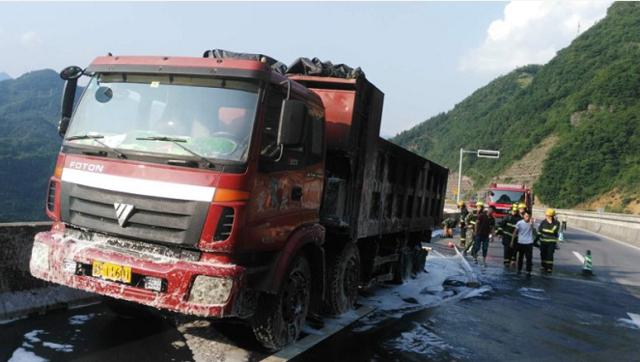 满载煤炭的大货车自燃 奉溪高速巫溪收费站管制1小时
