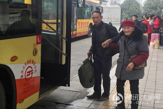 重庆迎来最后一波返程客流高峰 老人小孩走失事件频发
