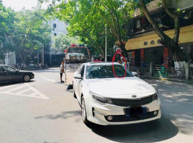 男子执意将车停在考点外 结果爱车被交巡警拖走