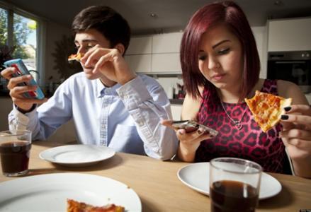 """""""手机拌饭""""让年轻胃病患者陡增"""
