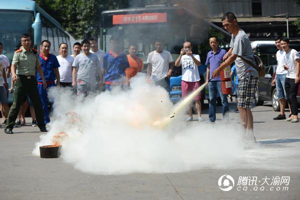 西部公交举行消防安全演练 邀消防战士教司机灭火