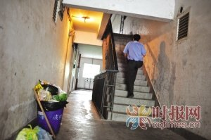 业主写告示求救:无物管无清洁无电梯 求收养