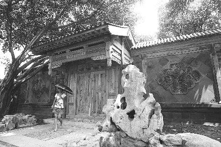 木质的小屋,镂空的廊桥,加上围墙中央一幅幅窗花,将整个片区装点得分
