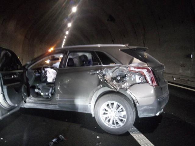 惊险!女司机隧道内违规变道 车子被撞飞负全责