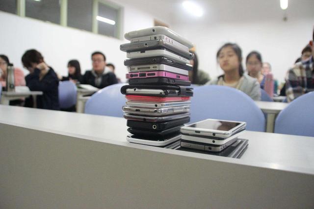 """八成大学生为""""手机控"""" 三分之一上课时间在玩手机"""