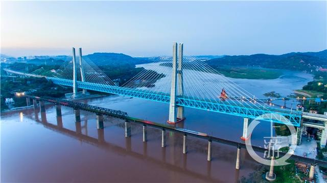 重庆这座桥创下三项世界之最 列车最快16秒通过