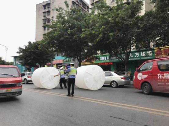 """马路上惊现俩""""庞然巨物"""" 民警迅速排除安全隐患"""