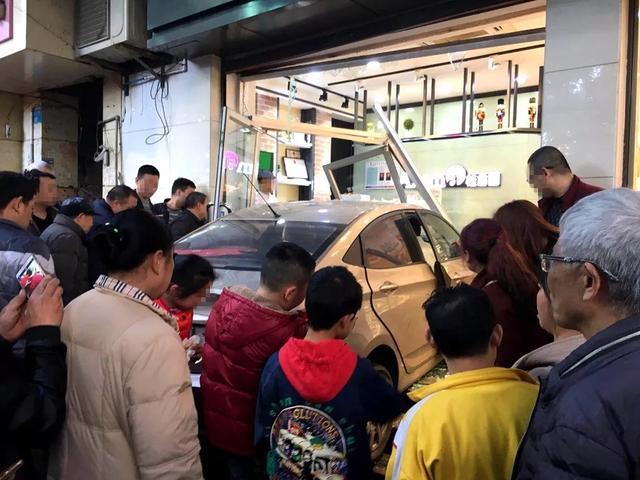 万州一驾驶人操作不当冲进门店致4人受伤