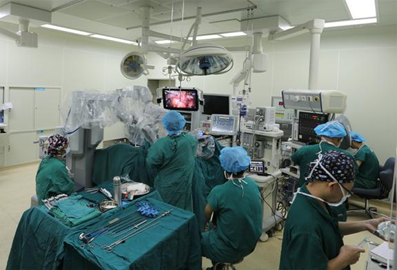 大渝网独家视频直击:看机器人如何给人做手术
