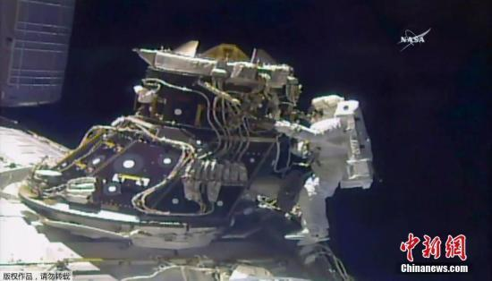 """当天出舱的两人是空间站指令长佩姬·惠特森和刚刚抵达空间站的宇航员杰克·费希尔。在出舱准备阶段,与费希尔宇航服连接、用以供电供氧的软管出现""""少量漏水"""",他只好与惠特森共用一条软管为宇航服充电,所以两人宇航服的电量都没有充足,任务时间被迫缩短。"""