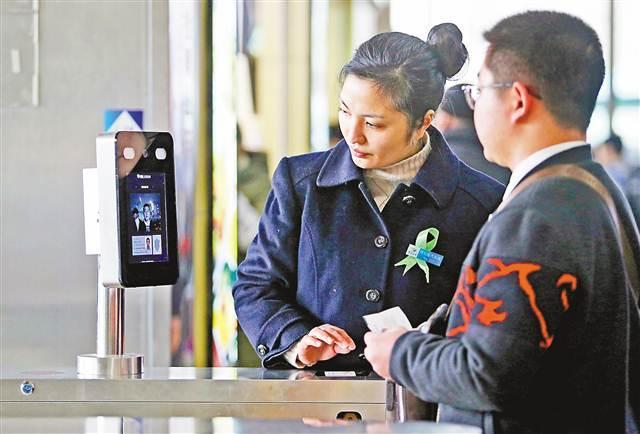 """在四公里枢纽站坐长途车 乘客可""""刷脸卡""""上车"""