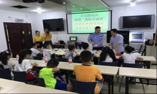 九龙坡警方进社区开展离校不离教禁毒宣传活动