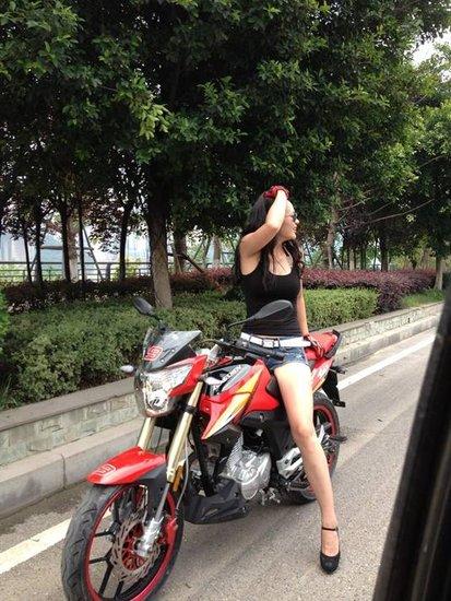 美女骑摩托车的视频