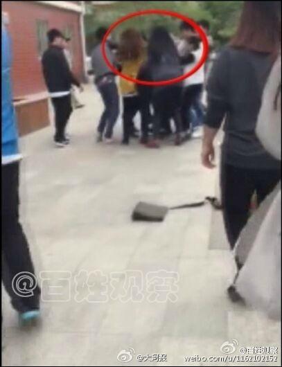 网曝男生被四名女老师围殴 衣服被撕烂背部有抓痕