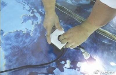 小伙发明不怕水的插座:水中拔插头不触电