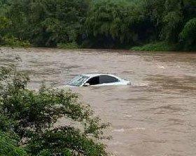 过桥突遇涨水 驾驶员将车开进河中