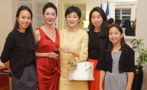 亚洲幼幼文学_与文学军官勋章,以表扬她多年来为亚洲电影与法国文化推广等作出贡献.
