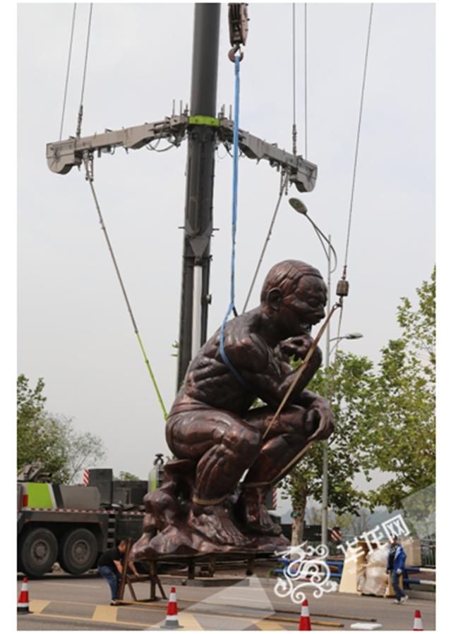 帅!高6米重4吨雕塑《重庆思想者》落地悦来