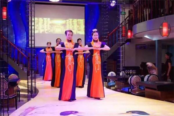 火锅与旗袍的融合 创新的美食文化体验