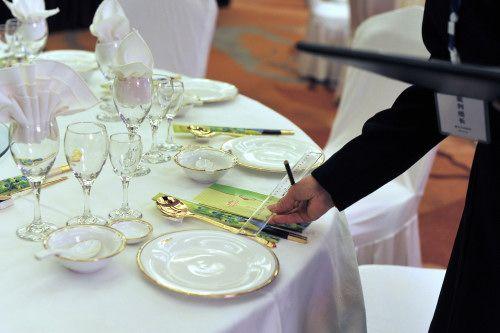 重庆旅游饭店服务技能大比武 中餐摆台精确到厘米图片