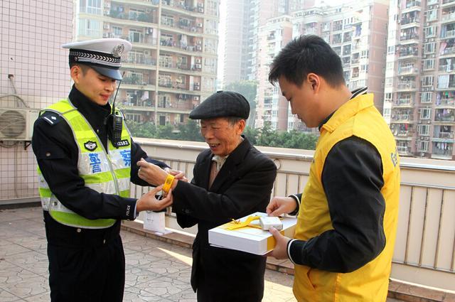 """重庆江北警方为老人免费发放""""云手环""""帮助其定位"""