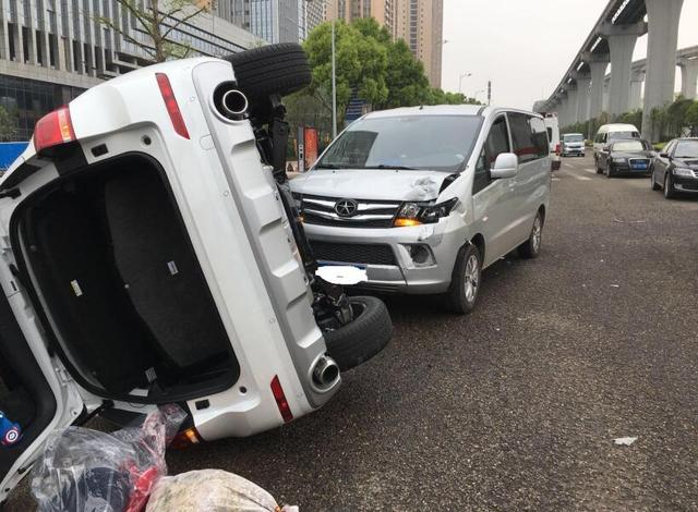 新手女司机错把油门当刹车 撞上面包车后侧翻