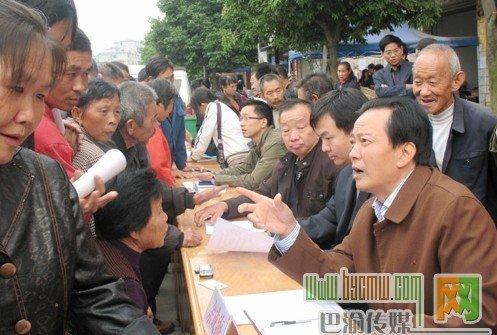 涪陵区政法委书记下访解民忧 解决事情促和谐