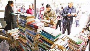 重庆路边无名小书摊 散发20多年书香气