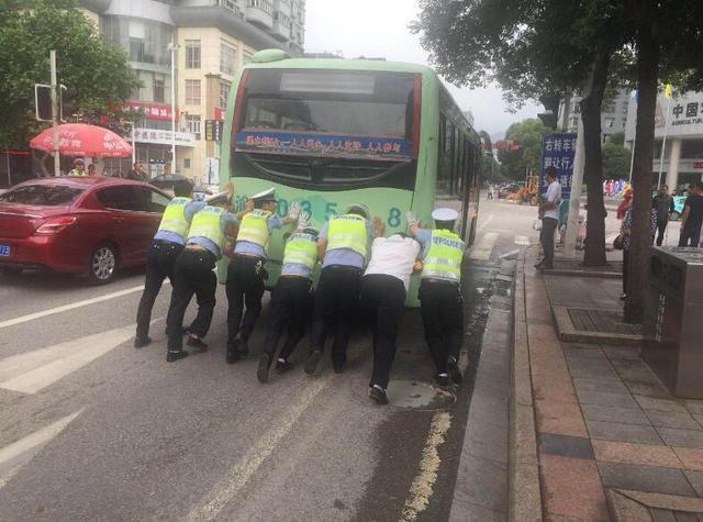 公交车路口突然趴窝堵塞交通  交巡警合力推车保畅通