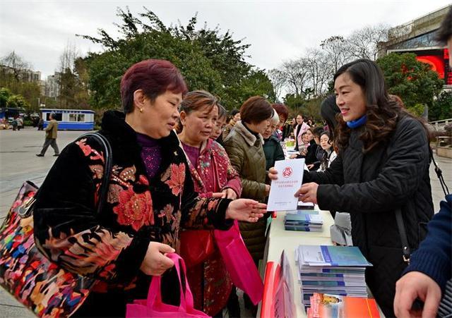 """""""三八节""""万州妇联开展关爱妇女宣传活动"""