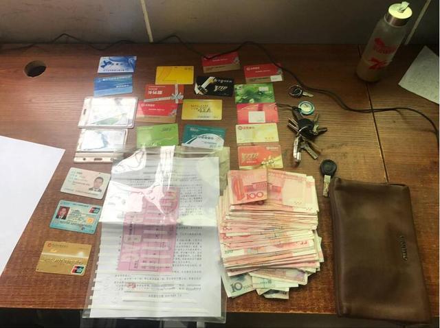 公交司机在车上捡到钱包 7400多元现金和证件归还失主