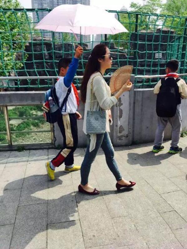 小学生为霸气女老师撑伞 校方:她俩感情好是自愿