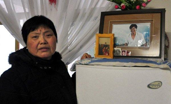 独生儿子1971年出生,2002年去世。儿子的照片放在客厅里。