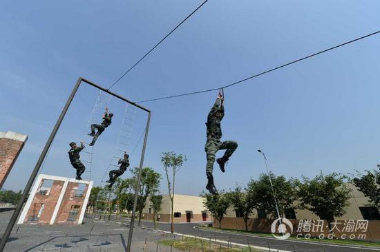 重庆市委党校处长班学员走进军营 感受武警部队严明纪律