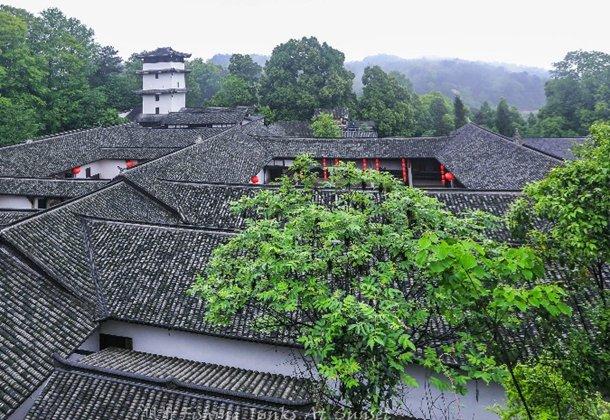 探访烟雨朦胧中的寿星庄,门前野草铺地