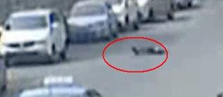 男子冲向马路用头撞货车寻死