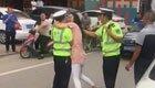 女子强吻执法协警