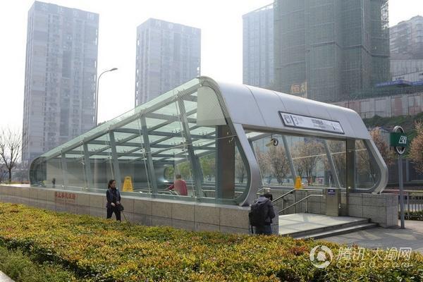 轨道室外电扶梯装上雨棚了 今年将加装65个出入口