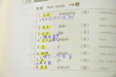 外国钢琴家公交上写中文作业 系李云迪师弟