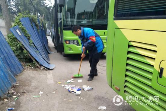 公交司机义务打扫站场环境 3年用坏20多把扫帚