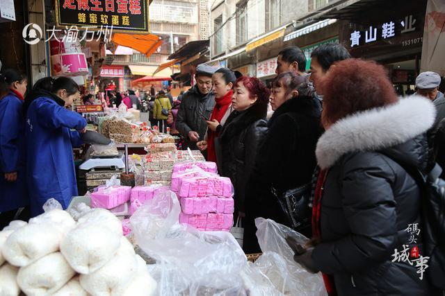 男子卖米花糖日入过万 一天要用50锅白糖