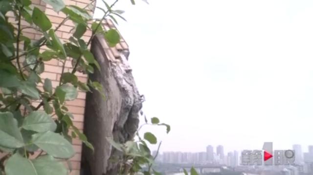 三十米长数吨重的屋檐掉下来 整栋楼的居民都吓傻了