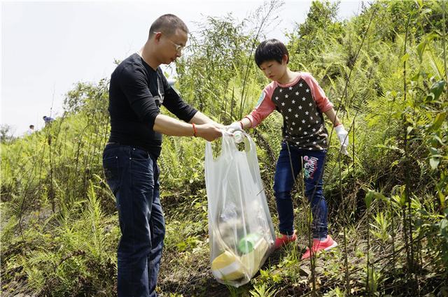 重庆爱心志愿者广阳岛捡垃圾,用实际行动向地球保护日问好