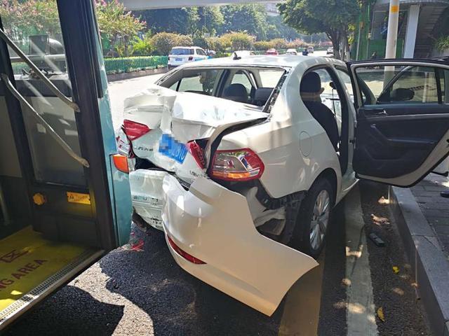 公交车司机开车走神 小轿车被撞三厢变两厢