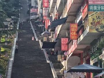 重庆有条步梯超级长 网友大喊腿软