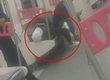 乘客将车厢座椅当床睡 躺在上面玩手机