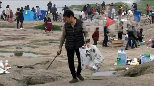 周末江边烧烤 累坏了清洁工...